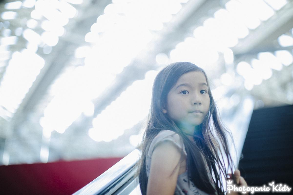 横浜でエスカレーターに乗った子供の写真